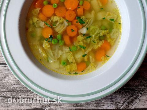 Mrkvová polievka s kelom a hráškom