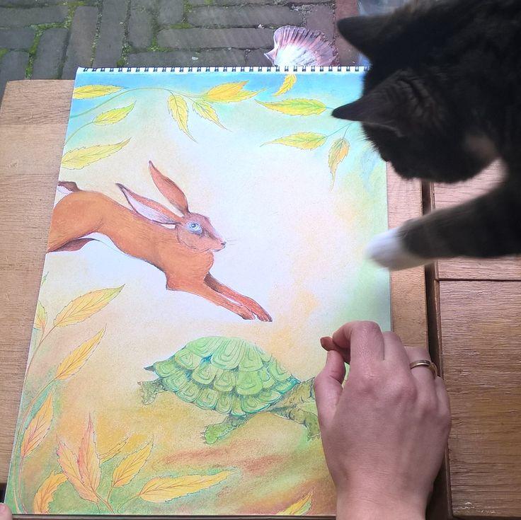 de kat van de buren bemoeit zich er ook mee, als ik de tekening aan het af maken ben van de haas en de schildpad
