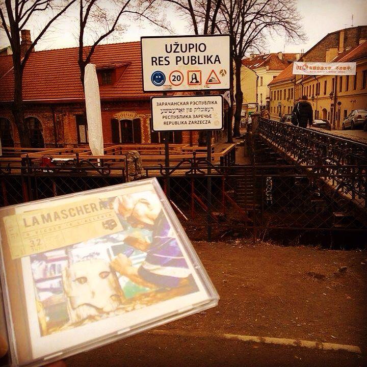 """E' bello sapere che gli amici, specie quelli conosciuti assolutamente per caso (di notte, sotto 'na pompa di benzina, con intorno il diluvio universale), portano la tua musica nel cuore e a spasso per il mondo!  Questa volta """"'O vicolo 'e l'Allerìa"""" sbarca addirittura a #Vilnius, nella utopica e fantastica Repubblica di #Uzupis, covo di artisti provenienti da tutto il mondo... Grazie a Fabio Di Bitonto (Paesi Fantasma)   #oVicoloelAllerìa #PaesiFantasma"""
