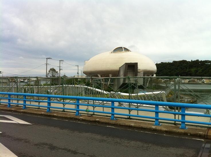石ノ森萬画館(休館中、宮城県石巻市)施設に向かう途中の橋もこの有様。