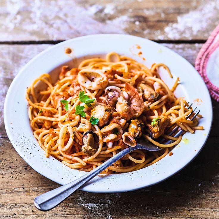 Ces spaghettis di mare sont un incontournable de la cuisine italienne des régions côtières. Les pâtes s'accompagnent de calmar, moules, seiche et palourde cuisinés dans une sauce tomate. Pour des repas en solo à savourer al dente.