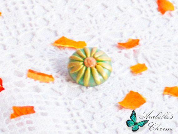 Spilla con fiore margherita gialla e verde di ArabellasCharme
