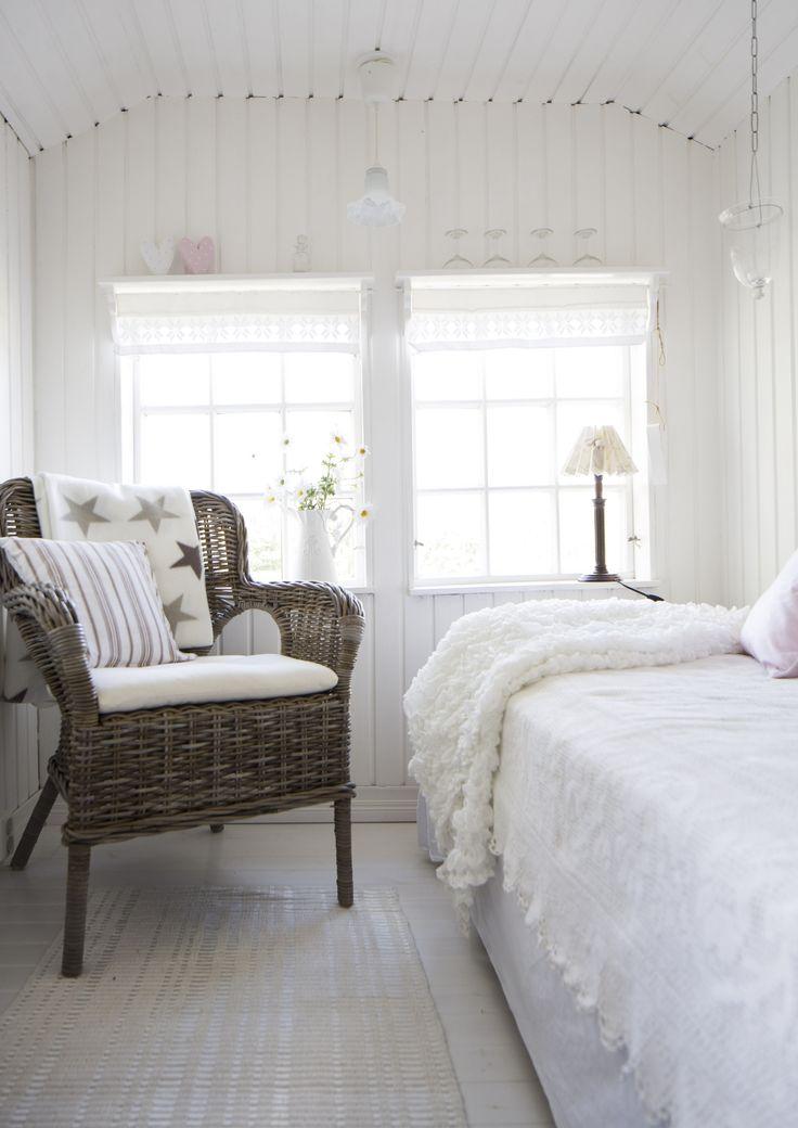 Vanhan pihatalon valkoinen makuuhuone. White bedroom in an old cottage.    Unelmien Talo&Koti Kuva: Hanne Manelius Toimittaja: Ilona Pietilä