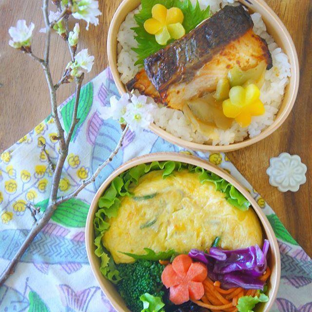 【savi51】さんのInstagramをピンしています。 《* 2017.91.27. Lunch box for my daughter  Salmon and omelette Good morning everyone! Have a happy Saturday ✨ * 娘弁当の記録でおはようございます(﹡ˆᴗˆ﹡)♪ 鮭の西京焼きとキノコとハムのアヒージョ&ピーマン入りオムレツ * 息子は早寝早起きが良いところ♪ でも最近行き過ぎて夜ごはん前にすで就寝モード ガ━︎━︎(゚Д゚;)━︎━︎━︎ン!! せっかく常備菜で野菜たくさんの夜ごはんを素早く作ってるのに、野菜嫌いな息子の作戦か⁇ いや違うのだけど・・・。野菜嫌いな息子の攻略作戦はまだまだ続きます(⁎⁍̴̛ᴗ⁍̴̛⁎) * 皆さま笑顔の週末になりますように(﹡ˆᴗˆ﹡) * #vscofood #foodstyling #food #foodie #foodpics #foodporn #foodstagram #goodmorning #作り置き #お弁当 #弁当 #常備菜 #節約 #お昼ごはん #手作り弁当…