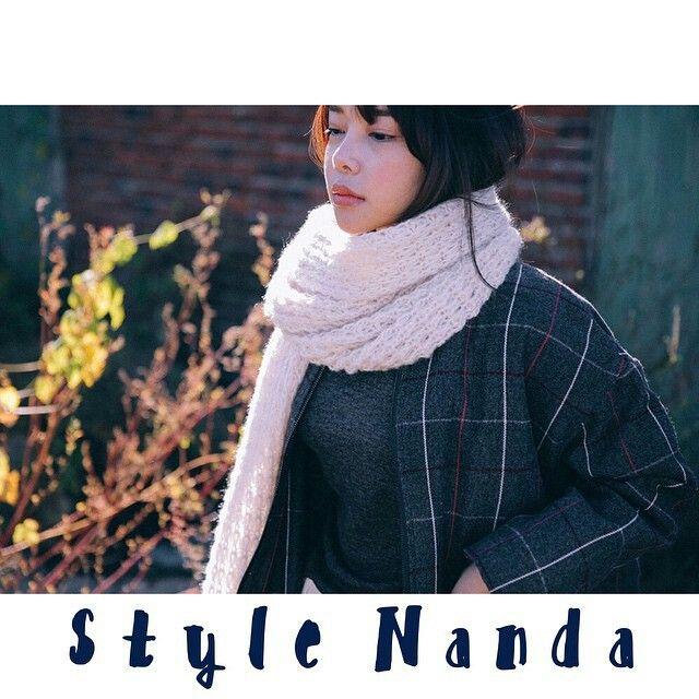 > geruite jas blauw > lange wollen sjaal > zwarte broek > zwart T-shirt
