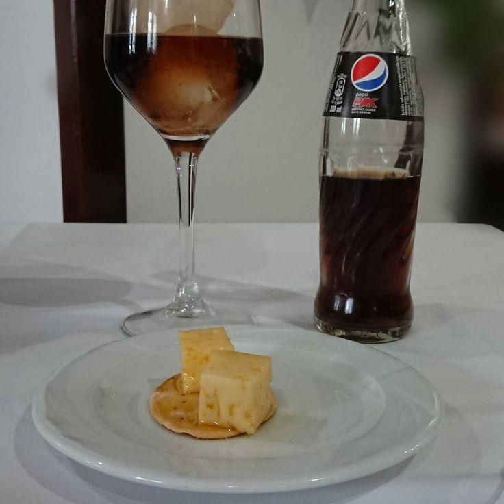 Hoy toca comer en Jaén  Par empezar quesitos en aceitito  #delimoments