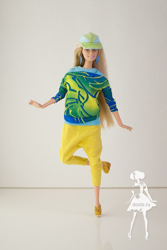 Брюки с заниженной проймой, пуловер, футболка, кепка и ботинки из термоклея