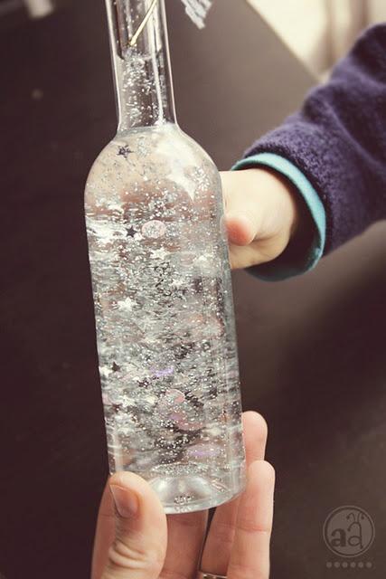 Vierta agua destilada y glicerina en la botella en una proporción de 1 : 1 añadir brillo, lentejuelas , etc Cierre la botella Envuelva su cinta , tules, encajes o cordel alrededor del cuello de la botella Dé a su botella una pequeña sacudida y ver brillar ! Idea linda del regalo .
