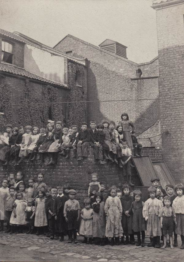 Horace Warner's photograph of the children who lived in the yards beside Quaker St in 1900