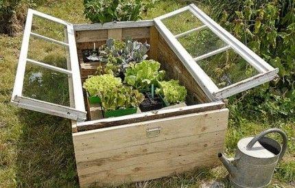 Idée récup' pour le jardin. Un châssis bricolé avec une vieille fenêtre
