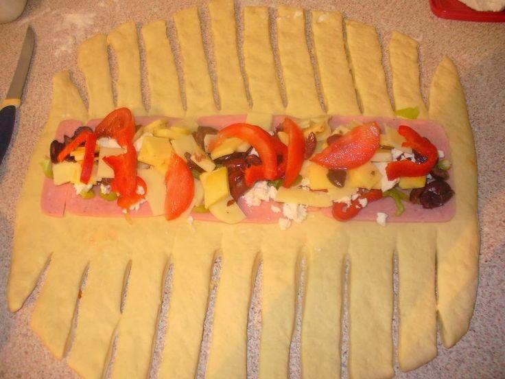Η Ελένη Νταμπαλέτσιου έφτιαξε μια πλεξούδα γεμιστή που η γεύση της θυμίζει πίτσα!Μπορεί να σερβιριστεί ως πρωιν...