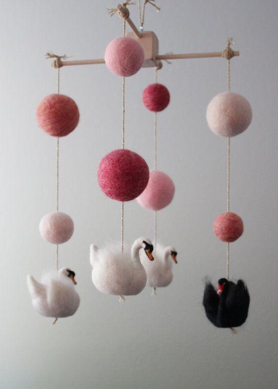 Aiguille Mobile pépinière Swan feutré avec des Accents de rose Ombre