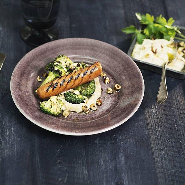Grill grønt i sommer! Prøv soyachorizo med råstekt brokkoli, stekt hasselnøttviniagrette og hummus med hvite bønner😊👌Sjekk Facebooksiden vår for oppskriften (link i bio)🍴#kjøttfritt #HälsansKök #vegetarmat #grillmat #meatless #meatfree
