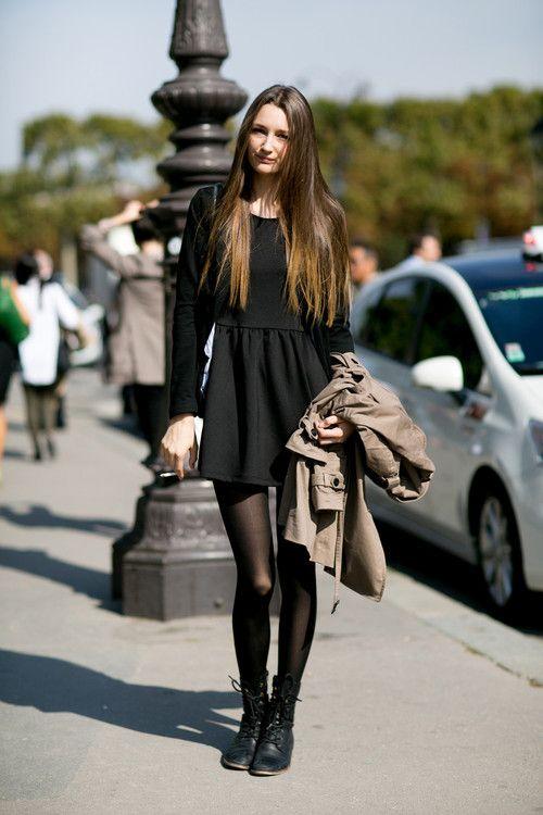 Schwarzes kleid und schwarze schuhe welche strumpfhose