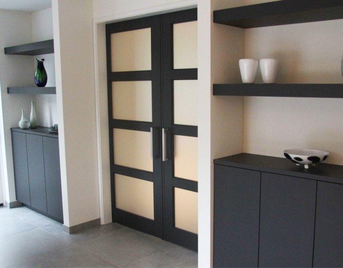 Prachtige zwarte ensuite deuren van hout met mooie handgrepen. Nog mooier met wit-matglas erin of blankglas met plakfolie (goedkoper)