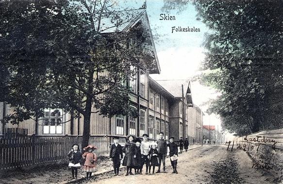 """Folkeskolen (""""Gutteskolen"""") i Skien - den senere Lunde skole. Som var min gamle skole - men kun den borteste hjørnebygningen står der fortsatt, og der det på den andre siden av gaten var en kirkegård den gangen, ligger Ibsenhuset i dag..."""