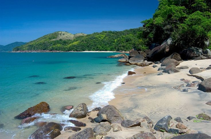Praia do Cedro, Ubatuba  Uma das praias mais bonitas de Ubatuba (SP), a Praia do Cedro se mantém preservada (e vazia) por causa da dificuldade de acesso (40 minutos de trilha a partir da Praia de Grande do Bonete). O mar com tons de azul esverdeado, é calmo e forma várias piscinas naturais.