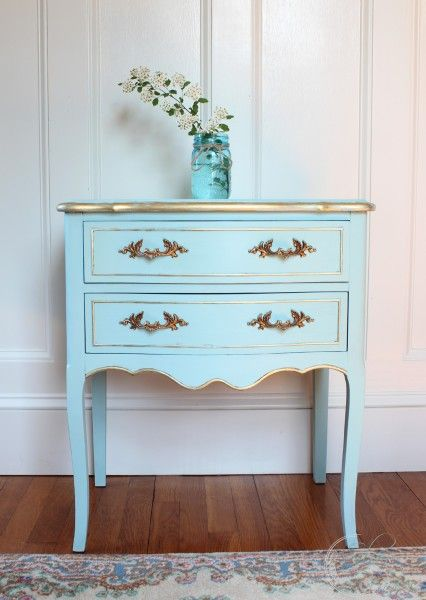 A custom blend of Pure White and Provence Chalk Paint® decorative paint by Annie Sloan helped transform this beautiful side table | By Finding Silver Pennies