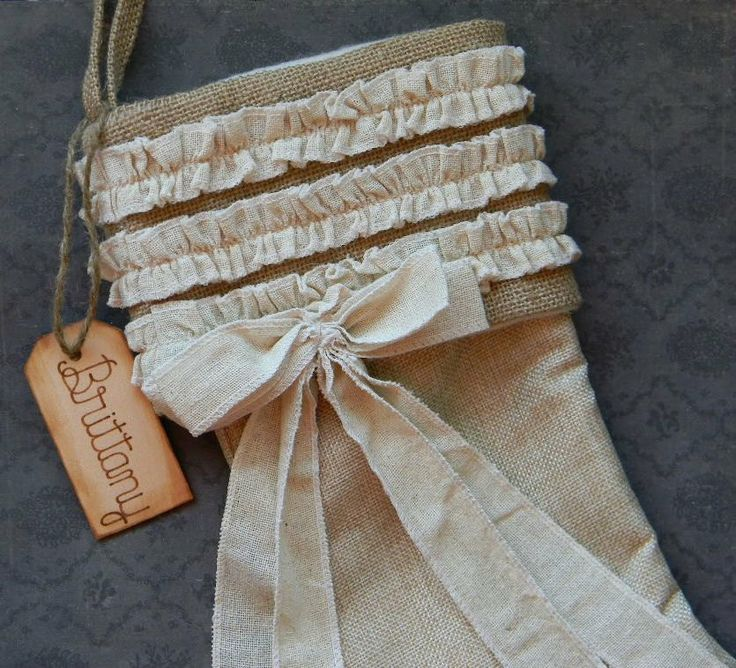 Burlap linen christmas stocking personalized wood tag for Tissu shabby chic