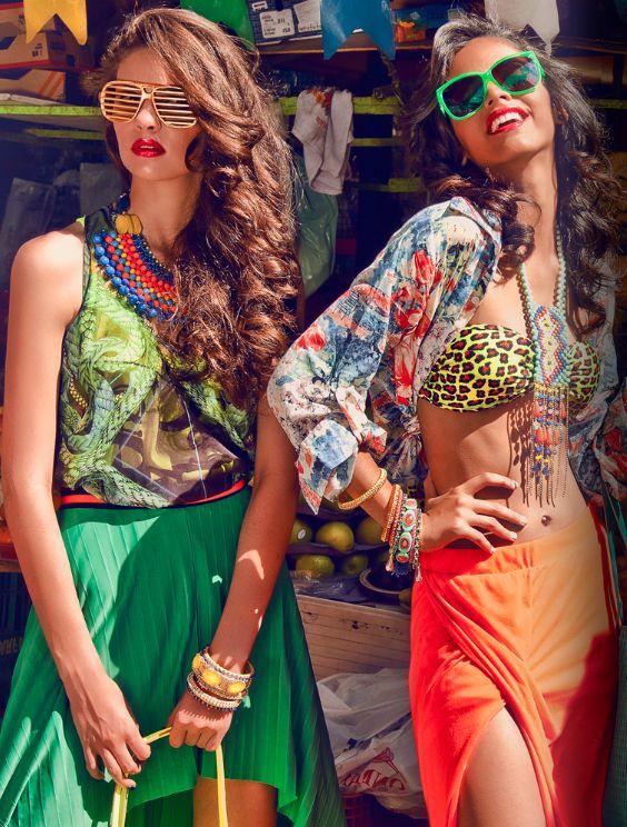Девушки хиппи в ярких юбках и топах
