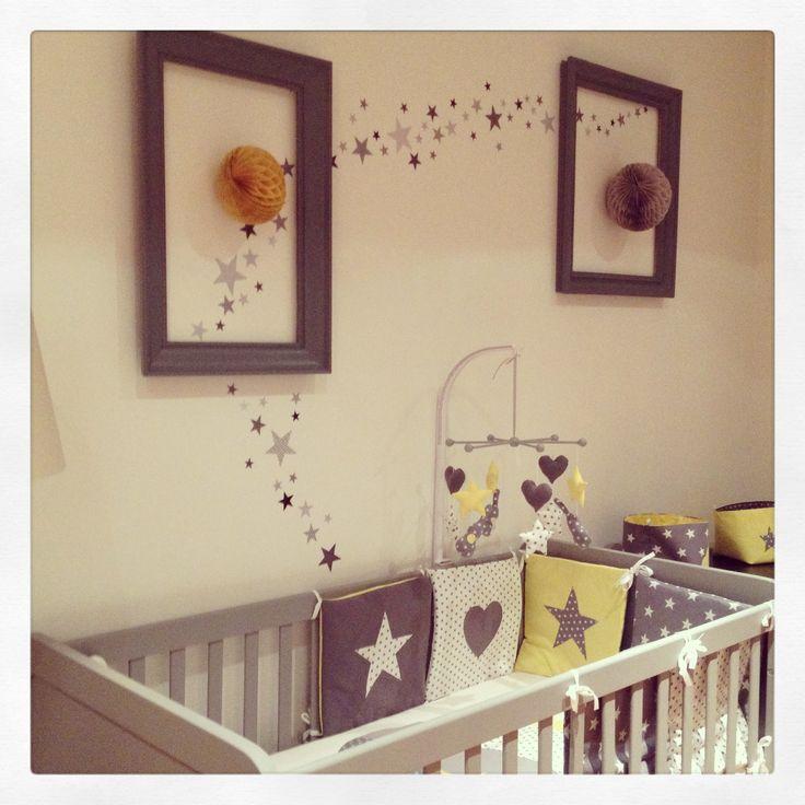 Chambre terminée ! Stickers Lilipinso, lit Laurette, tour de lit et mobile Guili Gribouilli.  Grey, yellow, gris, jaune, étoiles, rock, baby room