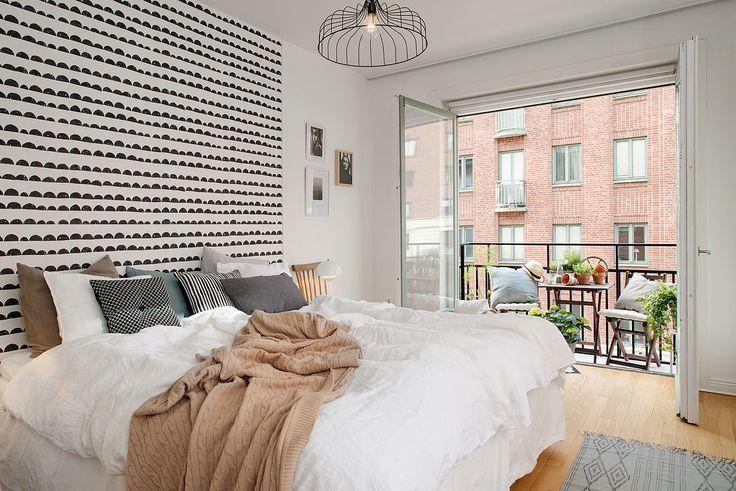 шведский дизайн интерьера спальни с балконом