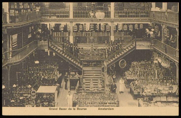 Interieur van Grand Bazar de la Bourse, Nieuwendijk 174-176. Circa 1918. Later verbouwd voor de Hema.