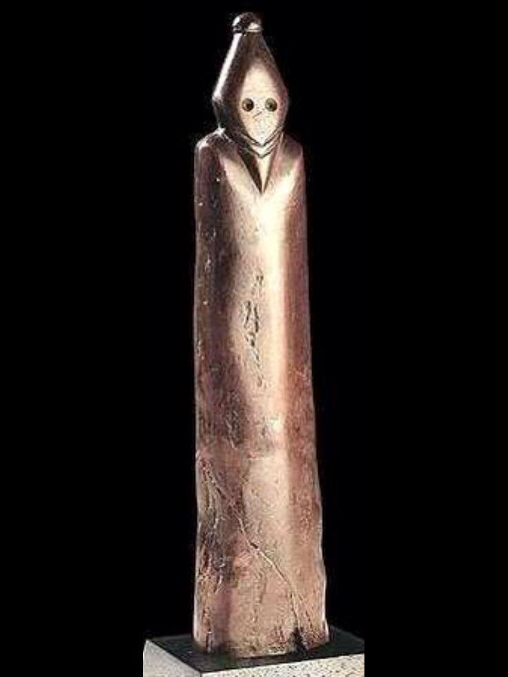 Un extraño faraón - Esta estatua del período pre-dinástico puede ser la primera descripción conocida de un faraón. En el tiempo de Nagada (el nombre de un descubrimiento en el sitio del alto Egipto), alrededor 4000 AC. Esta estatua fue encontrada en Gebelein, al sur de Luxor.