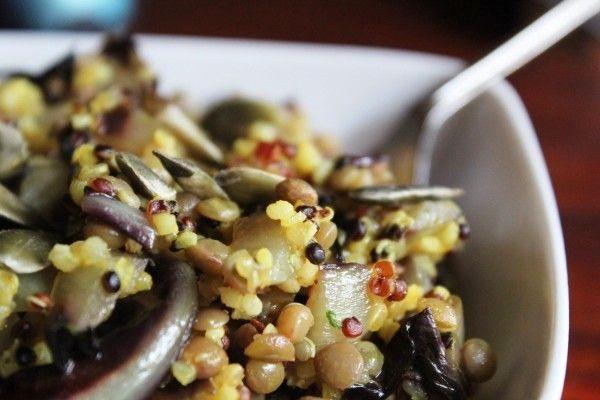 Occorrenti: 300 gr di quinoa; un cespo di radicchio (consiglio quello trevigiano); una melanzana rotonda; trito di verdure (cipolle, carote, prezzemolo); semi di zucca q.b.; olio extra-vergine di oliva q.b.; sale q.b.  Cuocete la quinoa in acqua salata e…