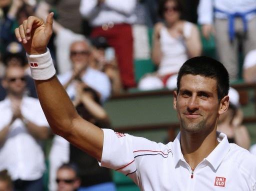 試合に勝利し、歓声に応えるノバク・ジョコビッチ(2012年5月28日撮影)。(c)AFP=時事/AFPBB News