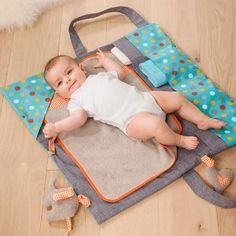 Kostenlose Anleitung und Schnittmuster für eine Wickeltasche und Wickelunterlage in einem! Super tolles Geschenk zur Geburt!