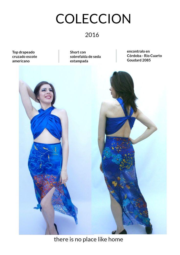 Crop top de fiesta drapeado y mini short con sobre falda de gasa de seda estampada, un conjunto ideal para deslumbrar.