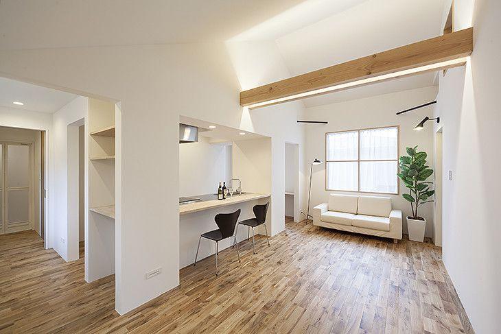 親世帯の要望は緑あふれる眺望を室内から見られ、また木の香り漂いくつろげる空間を実現してほしいということでした。カキザワホームズが得意としている造作家具をふんだんに採用し、リビング、和室からは緑の眺望を楽しめる。  また子育て中の子世帯の要望は、子育てのしやすい生活導線。2階の限られた敷地に子供部屋、主寝室を設けるためカウンター式のダイニングを採用し、キッチンの壁には造作の本棚をつくりスタディスペースを設けました。  これらの全く異なる要望を調和させる外観も提案をさせていただきました。