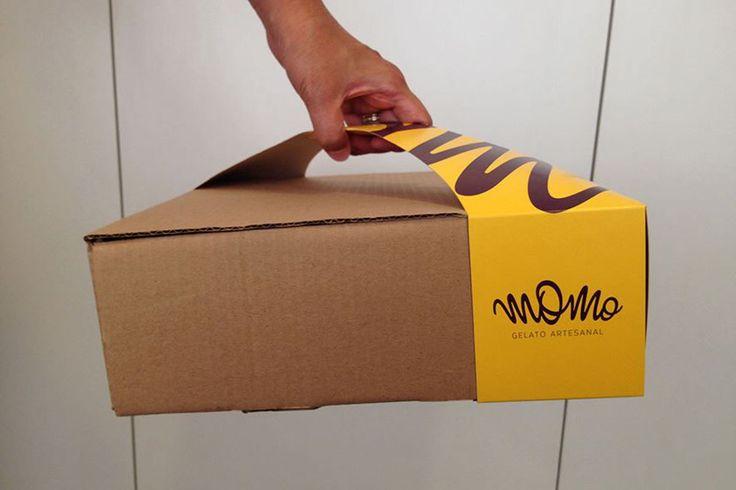 Креативное агентство M.Quatro Design создало дляупаковки тортов имороженого выпускаемого Momo Gelato особую ручку изплоского картона (оригинальная конструкция идизайн) дляпереноски коробок. Коробки изгофрокартона вкоторых упакованы десерты Momo Gelato имеют традиционную самосборную конструкцию соткидной крышкой, наних нет никаких изображений— оформление исопутствующая информация нанесены накартонную ручку.  Конструкция ручки длякоробки самосборная, она крепится зауглы коробок…