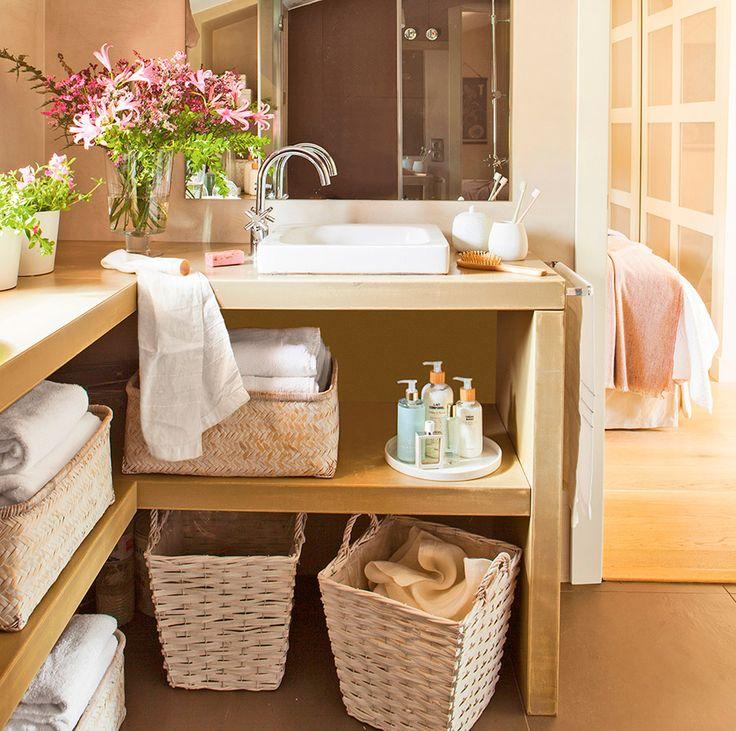 Baño con mueble en L y estante con cestas para toallas
