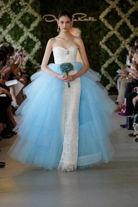 Vestido de novia recto con una capa de tul azul - Foto Oscar de la Renta 2013
