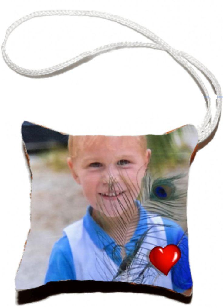 Fanion, petit coussin à personnaliser avec votre photo , il est à accrocher sur le rétroviseur de votre voiture, sur votre sac à main, vous pouvez aussi vous en servir comme porte-clé! https://www.kdo66.com/petit-coussin/48-petit-coussin-photo-personnalisable.html #fanion