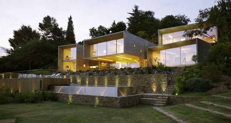 Superbe maison contemporaine de béton et de verre réfléchissant le ciel, Maison Le Cap par Pascal Grasso - Var, France #construiretendance