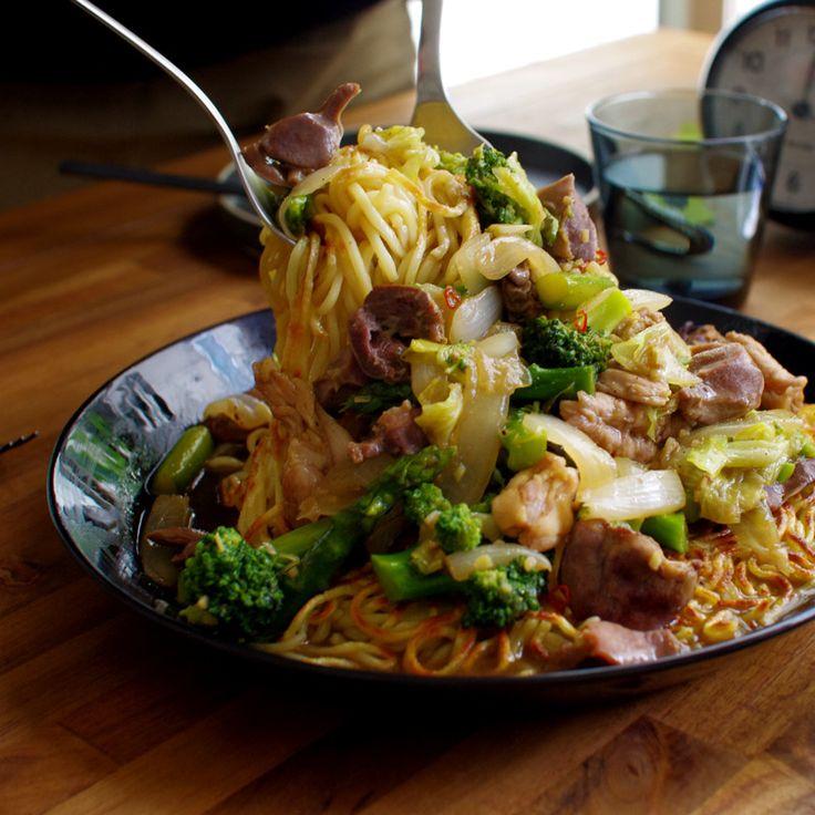 ランチ部特製の焼きそばは、ソース味の焼きそばとはちょっと違う中華風焼きそばです。こんがり焼き目をつけて固めた麺がポイントです。