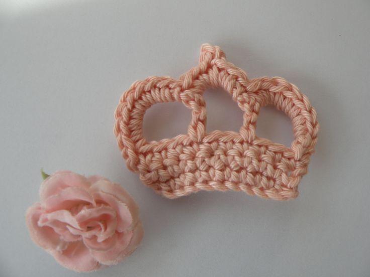 Réaliser une couronne en crochet est très simple, il existe de nombreux modèles très mignons. Voici une couronne toute facile à faire: Suite à une demande formulée par une copinaute, voici un tutoen images, pour réalisercette petite brocheen forme de...