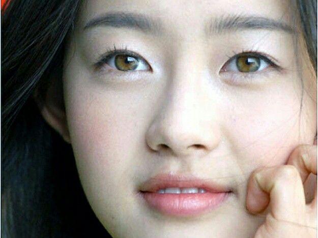 Go Ara Eye Color