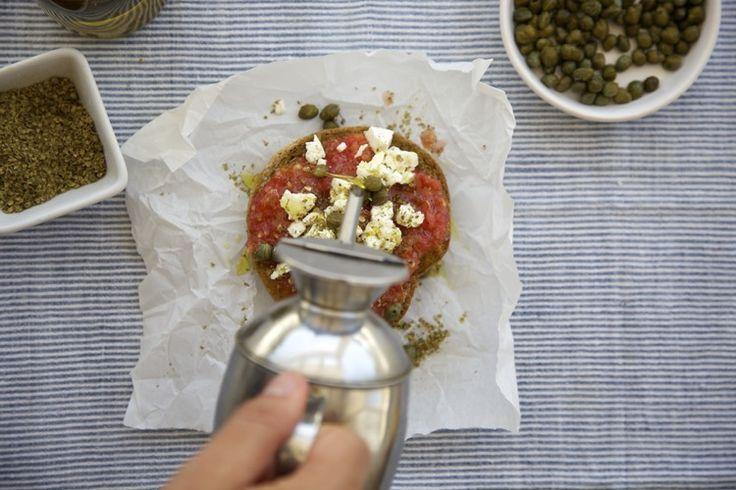 ΥΛΙΚΑ ½  κρίθινης κουλούρας 1 ντομάτα ξυσμένη ή σε κομματάκια 50 γρ. ξινομυζήθρα ή φέτα θρυμματισμένη 1 κ. σ. ελαιόλαδο Αλάτι Ρίγανη Ελιές ή κάππαρη ΕΚΤΕΛΕΣΗ  Ανάλογα τον ντάκο και την προτίμηση σκληρότητας, μπορούμε να τον βρέξουμε ελαφρά με 1 κ. σ. νερό.  Προσθέτουμε την ντομάτα και από πάνω αλατίζουμε ελαφρά. Ραντίζουμε το λάδι και πασπαλίζουμε την θρυμματισμένη ξινομυζήθρα ή φέτα. Τελειώνουμε με τις ελιές ή την κάππαρη και μπόλικη ρίγανη που θα τον αρωματίσει.