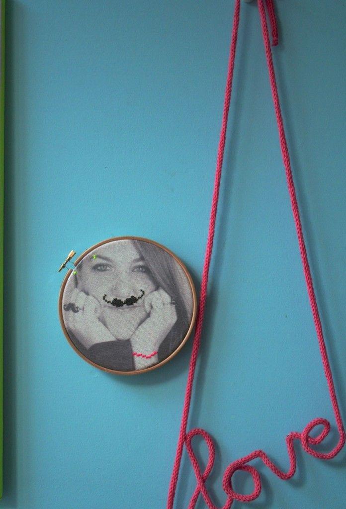 Een zelfmaakidee om de foto van je geliefde in een borduurring te maken en er dan wat overheen te borduren... bv. een snor, of een gekke oorbel of een piercing