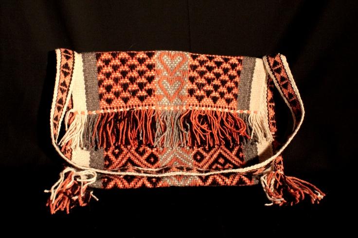 Pieza tradicional mapuche, teñida con tintes naturales