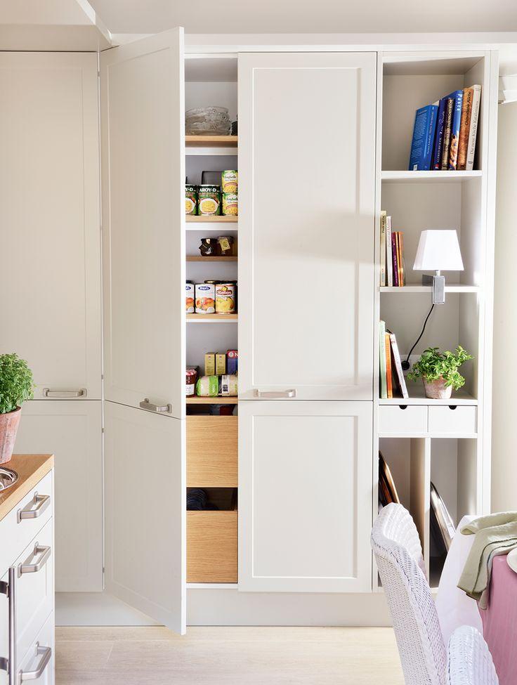 Armarios de cocina con gavetas, baldas y pequeños cajones con puertas de madera blanca con cuarterones