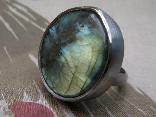 * gemstones and pearls   oogst-sieraden * Ring * Zilver geoxideerd met labradoriet * Maatwerk *