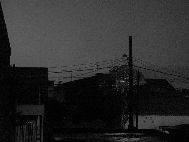 """Um clarão se fez presente em minha janela e, logo lembrei de um trecho do livro Só Garotos, escrito pela Patty Smith """"Havia dias, dias de chuva cinzentos, em que as ruas do Brooklyn mereciam uma fotografia, cada janela, as lentes de uma Leica, uma visão granulada e imóvel.""""  ____ Vídeo experimental feito com a câmera Canon g9"""