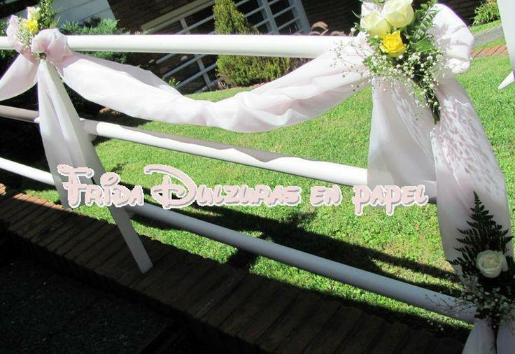 Baranda decorada con tela y rosas naturales