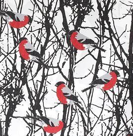 """Der Gimpel (schwedisch: """"Domherr"""") wird auch Dompfaff oder Blutfink genannt, und ist eine Vogelart aus der Familie der Finken. Dieser wunderschöne Vogel ist das Hauptmotiv auf diesem Stoff des schwedischen Textilunternehmens Almedahls. Design von Gunilla Gunnarsson."""