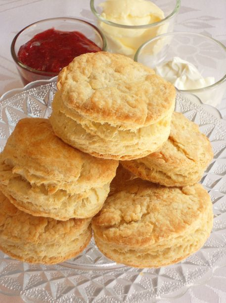 Personligen tycker jag bäst om scones bakade med ägg i. De blir lite frasigare då än vanligt och liknar mer de engelska sconesen man får på ett afternoon tea i England som serveras med jordgubbssyl…